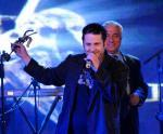 Явор Захариев - вокалистът на Гравити Ко с наградата от пролетния радиоконкурс - снимка Булфото