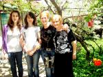 Мая Нешкова с децата и майка си