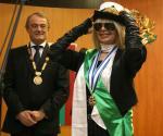 Лили Иванова пробва артилерийската шапка