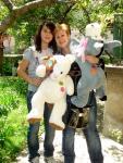 Мая Нешкова с дъщеря си Весела и подаръците